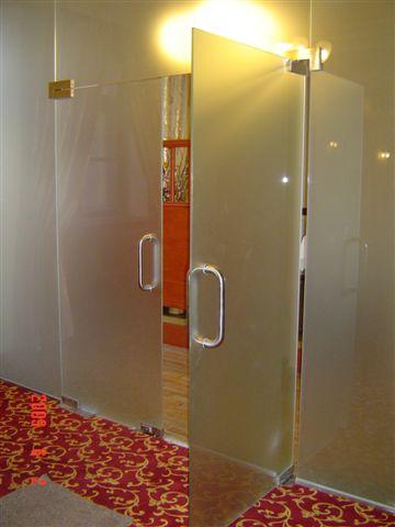 Egyedi üvegajtó készítés | Üvegman Kft.