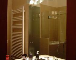 Zuhanykabin panellakás fürdőszobájában