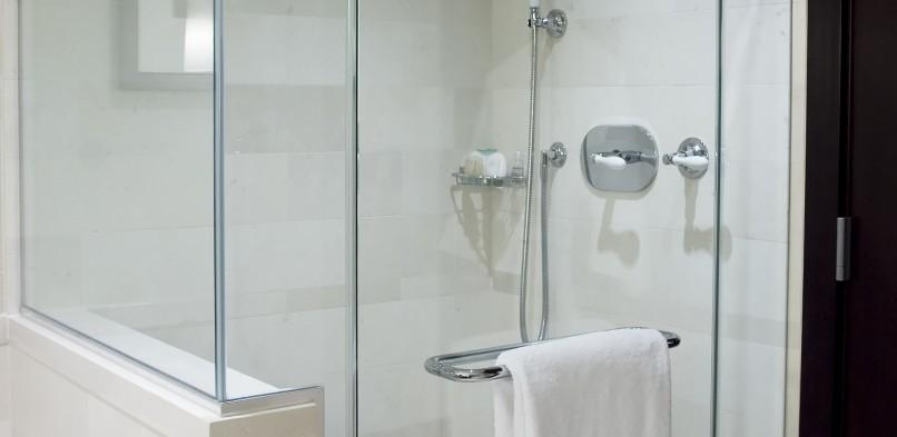 Zuhanykabin panellakásban: Egy panelfürdőszoba ötletes átalakítása